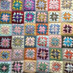 Cushion in progress 🌟🌟 Granny Squares, Cushions, Quilts, Blanket, Crochet, Throw Pillows, Toss Pillows, Pillows, Quilt Sets
