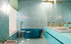 Banheiro do ambiente Acqua Que Te Quero Água, de Brunete Fraccaroli. O azul esverdeado do ambiente foi desenvolvido com exclusividade em parceria com a Silestone