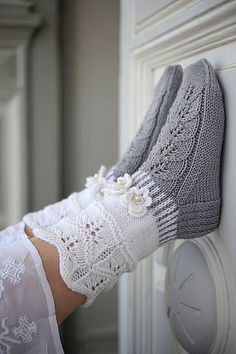 "Strickanleitung Wollsocken ""Veilchen"" Strickanleitung: Wollsocken ""Veilchen"" – amicella Related posts:Twinkle Little Stars Square Crochet Free Pattern - Crochet & KnittingHow to Join Yarn with the Magic Knot Knitted Slippers, Wool Socks, Crochet Slippers, Knitting Socks, Knit Crochet, Knitting Patterns Free, Free Knitting, Baby Knitting, Crochet Patterns"