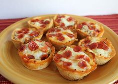 Pizza Cupcakes Yes, you read that correctly. Cupcakes can do more than simply… Bagel Bites, Mini Pizzas, Mini Quiches, Great Recipes, Snack Recipes, Favorite Recipes, Yummy Recipes, Breakfast Recipes, Recipies