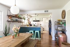 The Hiding-in-Plain-Sight Storage Space You're Not Using – Family Room İdeas 2020 Small Space Kitchen, Small Spaces, Small Kitchens, Kid Friendly Kitchen Design, Design Kitchen, Woodside Homes, Living Room On A Budget, Stylish Kitchen, Family Room Design