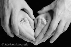 Lovely tiny feet in a heart from the hands of his mom and dad. foto baby