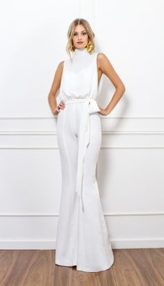 In Brazil, we have the habit of ringing the new year in white. The date is near, but I believe many people still don't know what to wear on New Year's Eve. So, I separated inspirations for you! Jumpsuit Elegante, Jumpsuit Outfit, High Fashion, Womens Fashion, Classy Outfits, Jumpsuits For Women, Street Style, Fashion Outfits, Couture