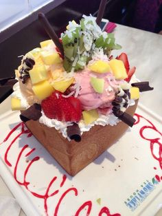 Snocrave is the best place if you want fancy deserts or drinks. These deserts are topped with ice cream, fruits, and more. TT