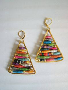 Nice tutorial on making Anthropologic earrings from paper beads and wire.  I might like these as a teardrop or eye shape too.