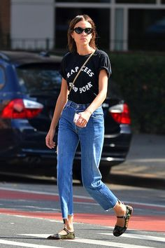 We Want to Recreate Alexa Chung's Weekend-Ready Look - We Want to Recreate Alexa Chung's Weekend-Ready Look Weekend Style Inspiration From Alexa Chung: Graphic Tee, Raw-Hem Jeans, and Embroidered Mary Jane Flats Alexa Chung Style, Style Outfits, Casual Outfits, Casual Dresses, Mary Jane Outfit, Saum Jeans, Stil Inspiration, Winter Stil, Outfits Damen