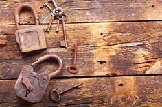 ***¿Cómo Envejecer Metal?*** Para darle el toque de lujo a tus creaciones, aprende una técnica de envejecido de metales fácil y económica.....SIGUE LEYENDO EN...... http://comohacerpara.com/envejecer-metal_18187h.html
