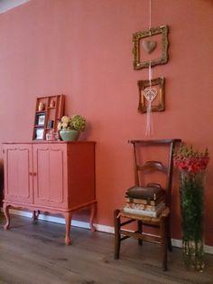 Een hele woonkamer gedaan in Annie Sloan krijtverf Scandinavian Pink beschrijvingen kan je vinden op de pagina meubels met krijtverf
