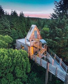 Cabin in the Woods: Stay in this Magical Tree House! Treehouse Hotel, Building A Treehouse, Treehouse Ideas, Woodland House, Forest House, Exterior Design, Interior And Exterior, Architecture Renovation, Casa Hotel