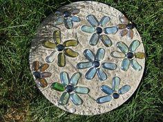 Stepping stones dream garden, garden tips, garden crafts, garden art, garde Garden Steps, Diy Garden, Garden Crafts, Dream Garden, Lawn And Garden, Garden Projects, Mosaic Garden, Garden Paths, Concrete Stepping Stones