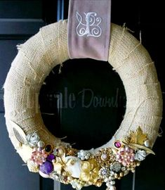 DIY Vintage Jewelry Wreath better head to the attic and look for old jewelry! Costume Jewelry Crafts, Vintage Jewelry Crafts, Vintage Costume Jewelry, Vintage Costumes, Antique Jewelry, Jewelry Insurance, Diy Upcycling, Jewelry Tree, Diy Jewelry