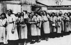 Станислава Лещинская, польская акушерка, бывшая узница Освенцима: «До мая 1943 года все дети, родившиеся в освенцимском лагере, были зверским способом умерщвлены: их топили в бочонке. После родов младенца уносили в комнату, где детский крик обрывался и до рожениц доносился плеск воды, а потом… роженица могла увидеть тельце своего ребенка, выброшенное из барака и разрываемое крысами»