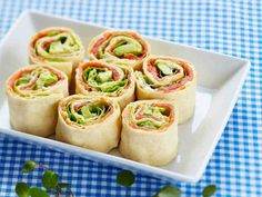 Pinwheel Mini Sandwiches – We've put a new spin on a party sandwich recipe. Roll up your meat and cheese faves for party-perfect pinwheels that are as much fun to make as they are to eat. For more rin (Finger Sandwich Recipes) Pinwheel Sandwich Recipes, Pinwheel Sandwiches, Sandwich Ideas, Appetizers For Party, Appetizer Recipes, Comida Baby Shower, Tee Sandwiches, Mini Party Sandwiches, Mini Sandwich Appetizers