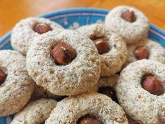 Noël – Macarons aux noisettes et à la cardamome Macarons, Doughnut, Mousse, Desserts, Sugar, Recipe, Tailgate Desserts, Deserts, Macaroons