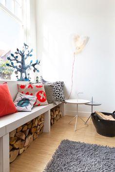 Slimme/ leuke manier om het hout weg te werken in dit Scandinavisch design interieur. #Scandinavisch #design