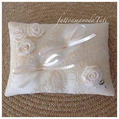 Cuscino per le fedi in lino bianco con pizzo vintage e 4 rose , by fattoamanodaTati, 26,00 € su misshobby.com