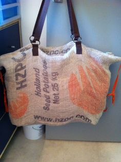 Weekend tas gemaakt van aardappelzakken door Cecile van der Meijs.