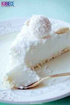 :) ekstra Sernik Raffaello na zimno :) Składniki: Spód: • 100 g wafelków kokosowych w białej czekoladzie typu princessa, Masa kokosowa: • 250 g serka mascarpone, • 1 i 1/2 szklanki (225 g) cukru pudru, • 2 puszki mleka kokosowego (2 x 400 ml), • 250 g twarogu sernikowego lub jogurtu greckiego, • 200 g białej czekolady, • 4 łyżki likieru amaretto, • 6 łyżek likieru kokosowego (np. domowego), • 2 i 1/2 łyżki żelatyny + 3 łyżki wody. Dekoracja: • około 50 g wiórków kokosowych, • opcjonalnie…