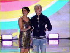teen choice award for choice music group 2013   Las dos estrellas de Teen Beach Movie presentaron un premio durante el ...