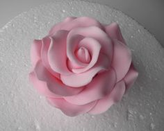 how to make a sugar rose fondant Sugar Paste Flowers, Icing Flowers, Fondant Flowers, Fondant Bow, Cake Flowers, Fondant Cakes, Cake Decorating Techniques, Cake Decorating Tutorials, Cookie Decorating