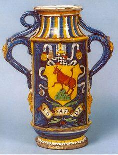 grande vaso biansato con stemma del vescovo di Cortona, 39 cm, Cafaggiolo, primo quarto del 500, Museo Nazionale di Ceramica, Sevres