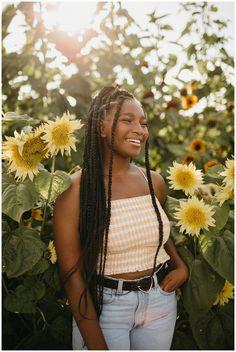 Field Senior Pictures, Senior Photos Girls, Senior Girls, Creative Photoshoot Ideas, Photoshoot Themes, Senior Girl Photography, Photography Poses, Sunflower Field Pictures, Sunflower Fields
