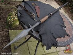 Every Norse God possessed a certain kind of weapon that would help them defend or would simply become the symbol of them. While Thor, for example, was known for wielding the Mjölnir hammer, Odin had in his hand the mighty spear – Gungnir. Swords And Daggers, Knives And Swords, Vikings, Armas Ninja, Armadura Medieval, Medieval Weapons, Concept Weapons, Arm Armor, Fantasy Weapons
