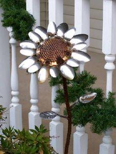 Adornos para jardín reutilizando cucharas metálicas viejas.Ideas para decorar terrazas, jardines y exteriores reusando objetos muy usados y ya inservibles.