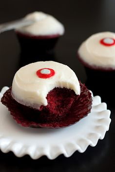 Sprinkles Red Velvet Cupcakes with Cream Cheese Frosting Copycat Recipe . Sprinkles Red Velvet Cupcakes with Cream Cheese Frosting Copycat RecipeCopycat . Köstliche Desserts, Delicious Desserts, Dessert Recipes, Yummy Food, Health Desserts, Food Cakes, Cupcake Cakes, Sprinkle Cupcakes, Cupcakes With Cream Cheese Frosting