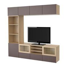 IKEA - BESTÅ, Kombinacja na TV/szklane drzwi, ef dębu bejc bia/Valviken ciemnobrązowe szkło przez., prowadnica, samodomykająca się, , Szuflady i drzwiczki zamykają się cicho i delikatnie dzięki zintegrowanej funkcji płynnego domykania.Możesz obsługiwać swój sprzęt elektroniczny nawet przy zamkniętych drzwiczkach, gdyż pilot zdalnego sterowania działa przez szkło.Szafki wiszące oszczędzają miejsce i pozwalają w pełni wykorzystać przestrzeń nad telewizorem.Można wygodnie ukryć kable z…