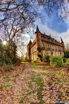 An abandoned castle in France. abandoned cafe Dragon Castle, Schloss Drachenburg, Germany Abandoned castle in France. Abandoned Castles, Abandoned Mansions, Abandoned Places, Beautiful Castles, Beautiful Buildings, Beautiful Places, Beautiful Architecture, Old Buildings, Abandoned Buildings