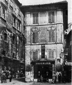 Roma Sparita - Piazza Montanara.sULLA SINISTRa IL TEATRO DI MARCELLO. La piazza scomparve nel 1934 per aprire la via del mare