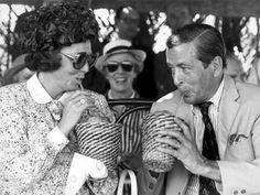 Koningin Beatrix en prins Claus brengen op 30 oktober 1980 een officieël bezoek aan de Nederlandse Antillen. Tijdens de rustpauze in de rijtoer door Willemstad op Curacao krijgen zij als dorstlesser kokosmelk aangeboden.
