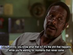 "Lester Freamon (Clarke Peters) nell'episodio 3x09 (Slapstick) di ""The Wire""."