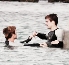 frostingpeetaswounds:      Josh Hutcherson & Sam Claflin on the CF set 11.26    ahhh, young love