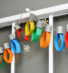 Christmas lights garland from cardstock (or toilet paper rolls) Christmas Lights Garland, Christmas Decorations For Kids, Frugal Christmas, Diy Christmas Ornaments, Kids Christmas, Christmas Toilet Paper, Toilet Paper Roll Crafts, Christmas Paper Crafts, Diy Projects For Kids
