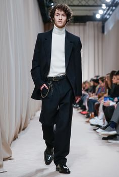 See all the Collection photos from Ami Autumn/Winter 2019 Menswear now on British Vogue Men's Fashion, Fashion Models, High Fashion, Fashion Show, Fashion Design, Stitch Fix, Workwear Brands, Streetwear, Style Parisienne