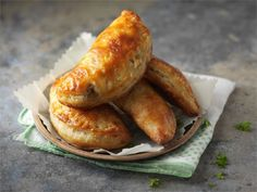 Jauhelihapasteijat Sausage, French Toast, Goodies, Food And Drink, Cooking Recipes, Bread, Breakfast, Meat Pies, Party