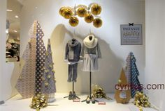 WINDOW DISPLAY CYRILLUS - NOËL 2013 - 'Instants Happy' Création de l'ensemble des décors de la vitrine Sapins+LEDs Sapins …#NOEL #VITRINE #DECORS #SAPINS