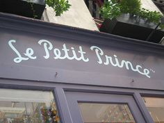 En un viaje no puede faltar una paradita de compras y qué mejor forma de hacerlo que en la mismísima tienda de El Principito en París... @Lara Romero está en todo.