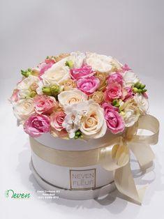 Flower box sa ružama i frezijama.