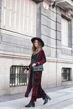 Red Velvet | Mi armario en ruinas. Black lace cami+black fringed cropped jeans+black Chelsea ankle boots+burgundy velvet jacket+black chain shoulder bag+maroon hat+black choker. Christmas Casual Event Outfit 2016-17