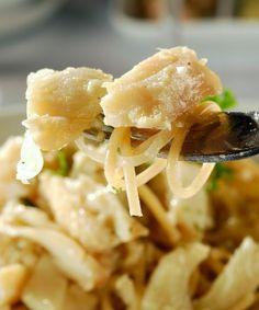 ESPAGUETE INTEGRAL A MODA DO CHEFE - 400 grama(s) de lascas de bacalhau dessalgado 500 grama(s) de macarrão integral (espaguete) 1 copo(s) de Azeite de oliva 1 cebola grande picada 2 dentes de alho picados 1/2 copo(s) de molho shoyo 1 copo(s) de água (do bacalhau) 1 cálice(s) de Vinho Branco 1/2 xícara(s) de chá de coentro picado Sal e pimenta a gosto