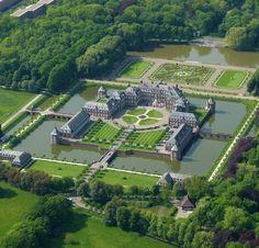 """Schloss Nordkirchen - Alemanha - Está localizado em Westphalia, na Alemanha, e foi construído em 1703-1734. Ele é conhecido como o """" Versailles de Westphalia """". O castelo fica em uma ilha retangular cercada por um amplo canal."""