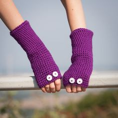 Violet Fingerless Gloves / Crochet Buttons Arm Warmers / Fall Winter Accessories / Purple Gloves with White Buttons / Fashion Accessories