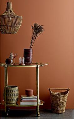 La tendance craft se teinte d'une touche de sophistication avec une table roulante en laiton doré chez Bloomingville.