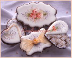 Handpainted cookies - roses and lavender     By Evelindecora   http://blog.giallozafferano.it/evelindecora/