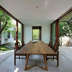 Casa no Riacho, Maharashtra, Índia. Projeto dos arquitetos Robert Verrijt e Shefali Balwani. #interiores #arquiteturaeinteriores #arte #artes #arts #art #artlover #design #interiordesign #architecturelover #instagood #instacool #instadaily #furnituredesign #design #projetocompartilhar #davidguerra #arquiteturadavidguerra #shareproject #dinigroom #diningroomdesign #robertverrijt #shefalibalwani #india