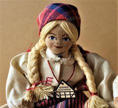 Charlotte Weibull - Två dockor i folkdräkt på bänk - Luggude härad på
