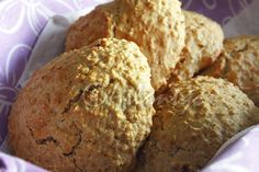 Ingredientes (6 a 7 unidades) 150gr farinha 100gr flocos de aveia 30gr manteiga magra derretida (à temperatura ambiente) 50gr açúcar ...